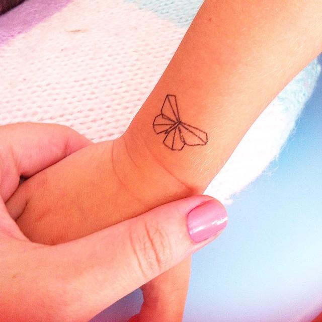 Le petit poignet sauvage (et bronzé) merci @jesussauvage ça nous a fait la matinée ? #tatoosauvage