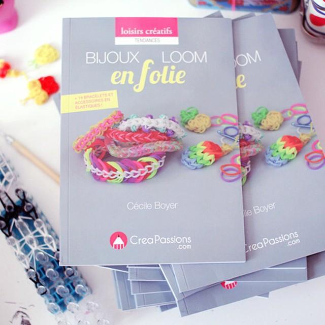 NEW BOOK ? aujourd'hui je vous parle sur le blog de la sortie de mon nouveau livre ?Bijoux Loom en folie? Il est disponible en librairie dès aujourd'hui ✌?? YOUPI !! #newbook #bijouxloomenfolie #loom #loomband #rainbowloom #poulettemagique