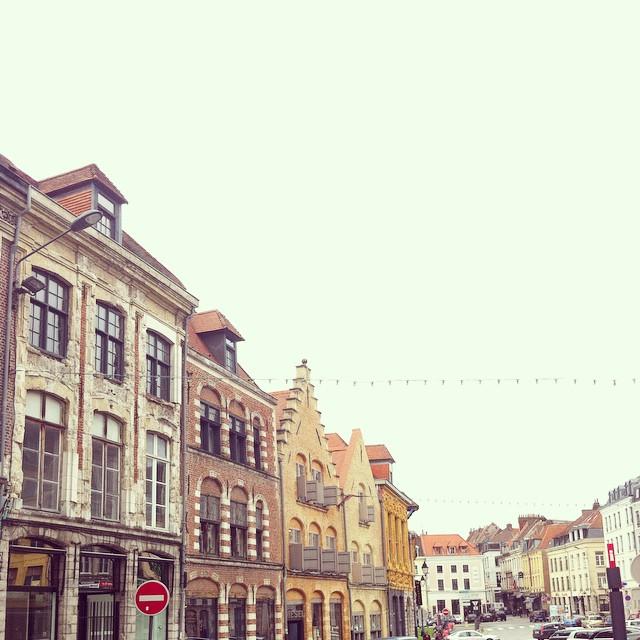 Hello Lille !  Si vois voyez une folle qui prend plein de photos c'est moi ? c'est canon l'architecture ! #lille #blogokidsfree