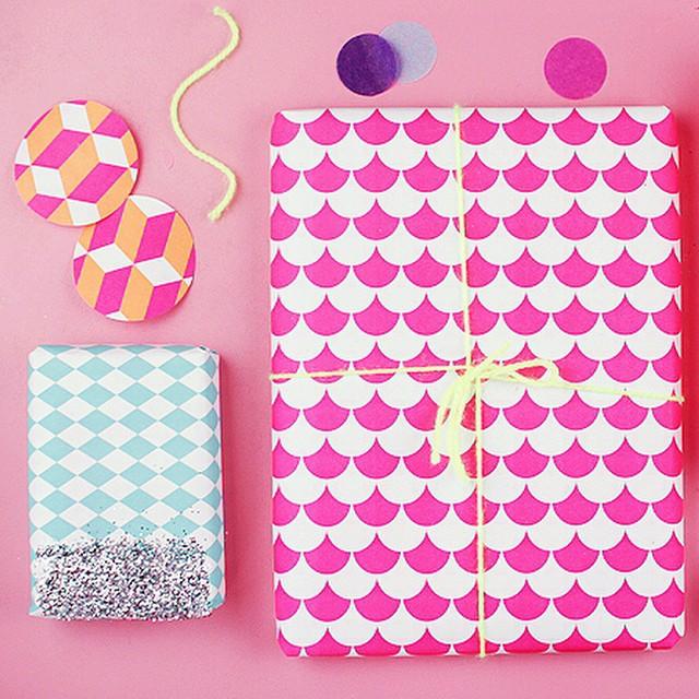 ?Sur le blog plein d'idées de DIY pour emballer vos cadeaux en mode géométrie & néon ? #diy #wrapp #giftidea #packaging