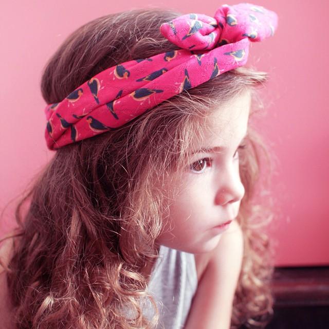 Sur le blog il y 4 idées de coiffures avec un headband pour les enfants (ça marche aussi sur les plus grandes ?) avec des illustrations pas à pas ? #hairdiy #headband #jadheo